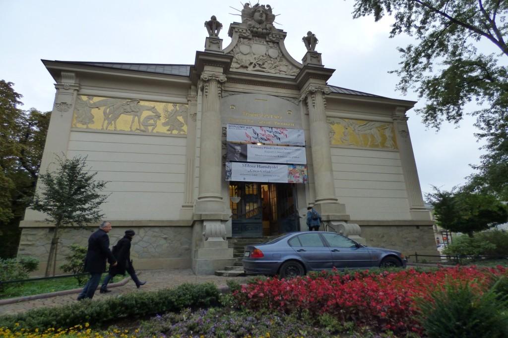 wystwa-plakatow-rotmistrz-pilecki-bohater-niezwyciezony-raport-z-auschwitz-w-krakowskim-palacu-sztuki