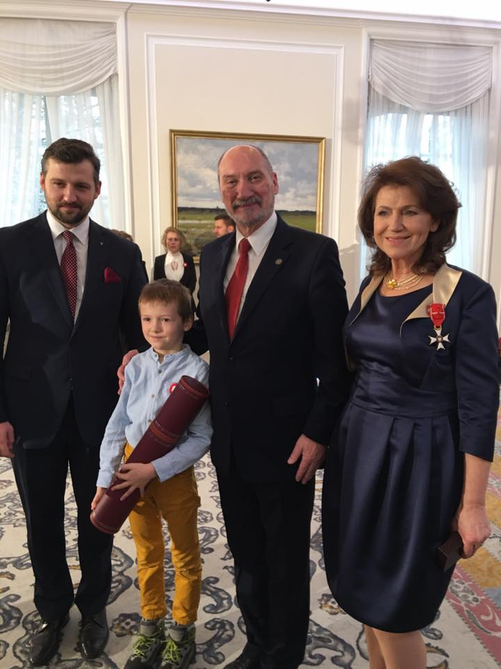 halina-frackowiak-z-synem-filipem-wnukiem-frankiem-minister-mon-antoni-macierewicz-ktory-wnioskowal-o-awans-generalski