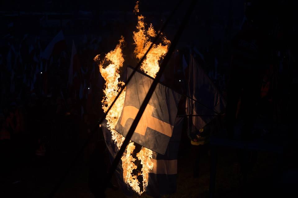 marsz-niepodleglosci-2016-palenie-flag-facebooka-fot-artur-ceyrowski