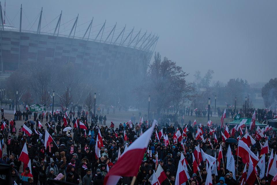 marsz-niepodleglosci-2016-uczestnicy-marszu-przed-stadionem-narodowym-fot-artur-ceyrowski