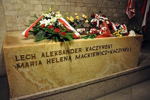 Premier Kaczyński nie może spokojnie odwiedzić grobu swoich bliskich. Dzicz wyje przedWawelem