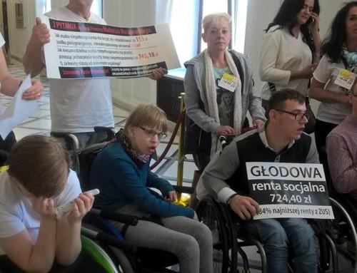 Protest Rodziców dzieci niepełnosprawnych wgmachu Sejmu nadal trwa