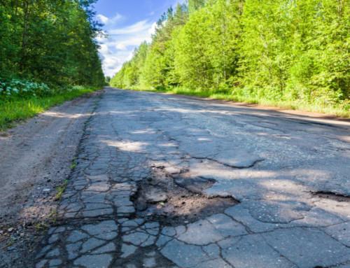 Uszkodziłeś samochód nanierównej drodze – sprawdź jak uzyskać odszkodowanie zanaprawę